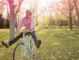Billede af en kvinde, der cykler. Billedet illustrerer en kvinde, der lever og har det godt som sædvanlig, selvom hun har menstruation.