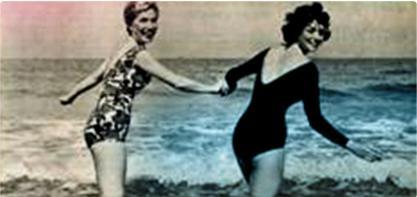 Billede af to kvinder i badedragt, der holder hånd. Billedet er gammeldags og illustrerer den kvindelige revolution.